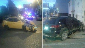 El taxi quedó con su frente destruido, en medio de la calle y el Palio chocó contra el paredón de la esquina.
