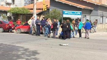 Un motociclista resultó herido tras chocar ocn un auto en Rivadavia y Tucumán.